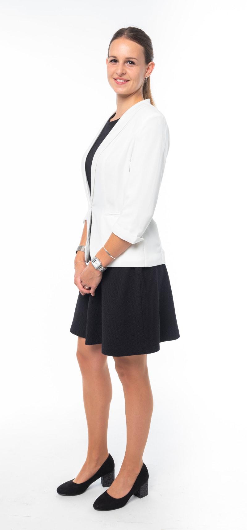 Robe noire cintrée et veste blanche 2