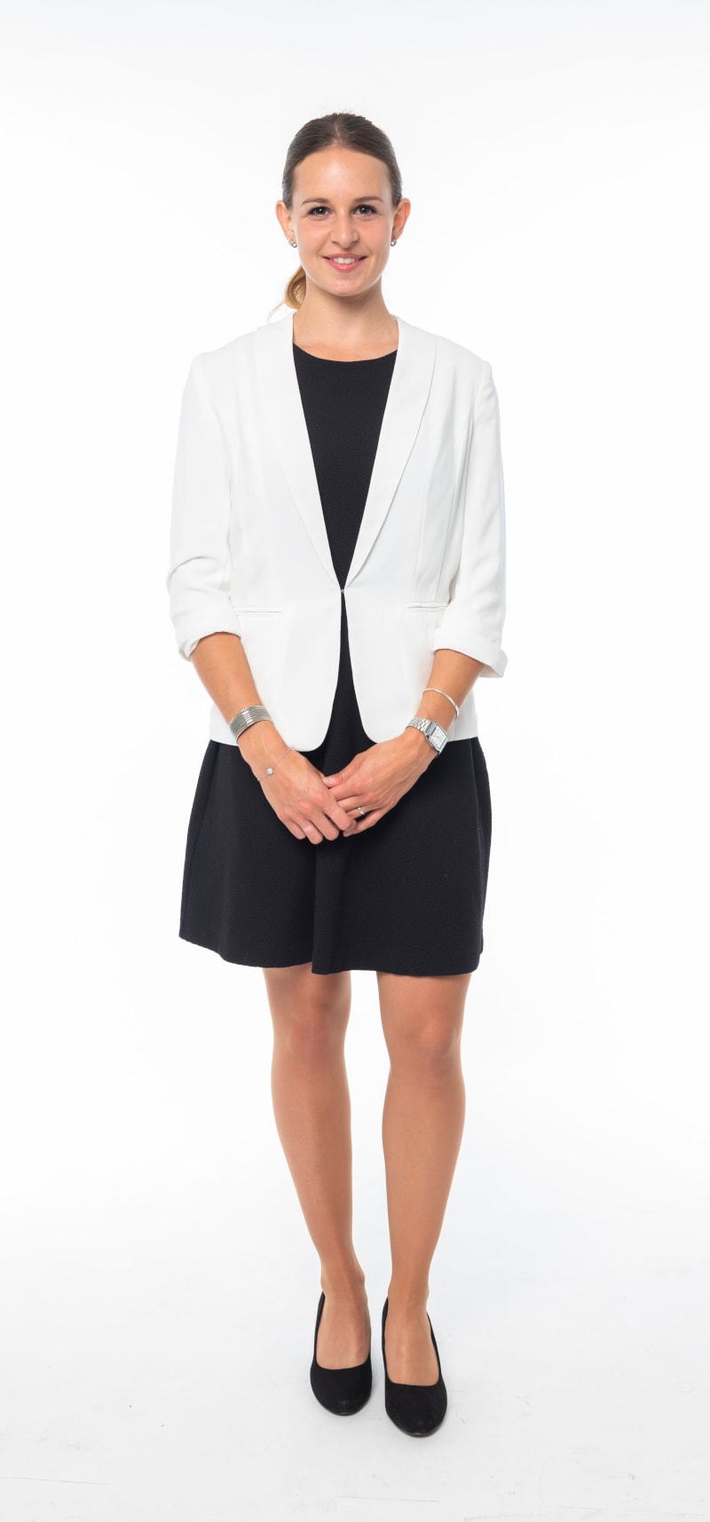 Robe noire cintrée et veste blanche