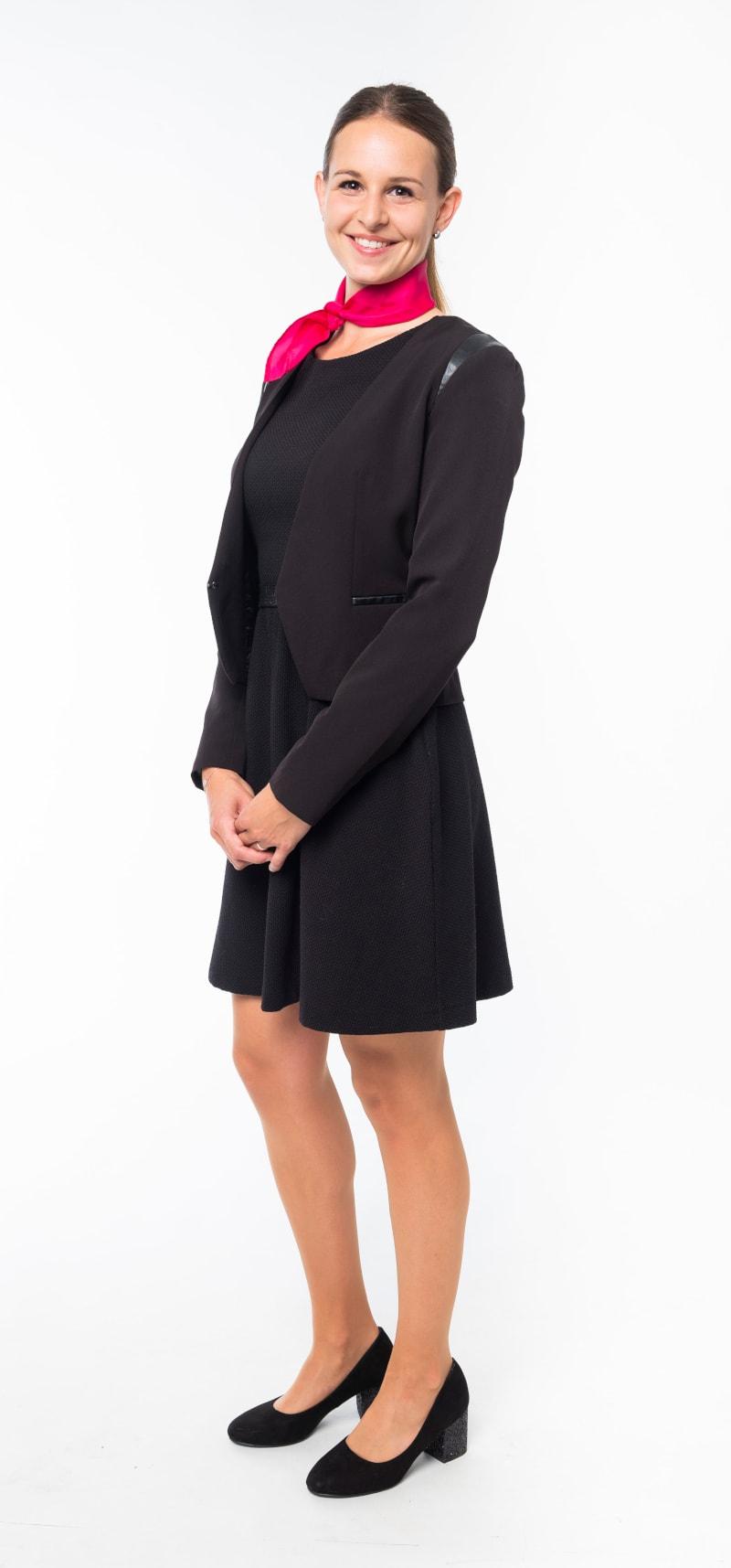 Robe noire cintrée et veste noire ajustée